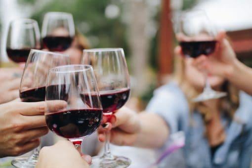 Rode wijn is de zomer. Deze 5 druifsoorten gaan je verfrissen wanneer de zon op je snoet brandt en je eigenlijk al een rosé of witte wijn in je hand had. Deze rode wijn kan je drinken met een hoge buitentemperatuur.