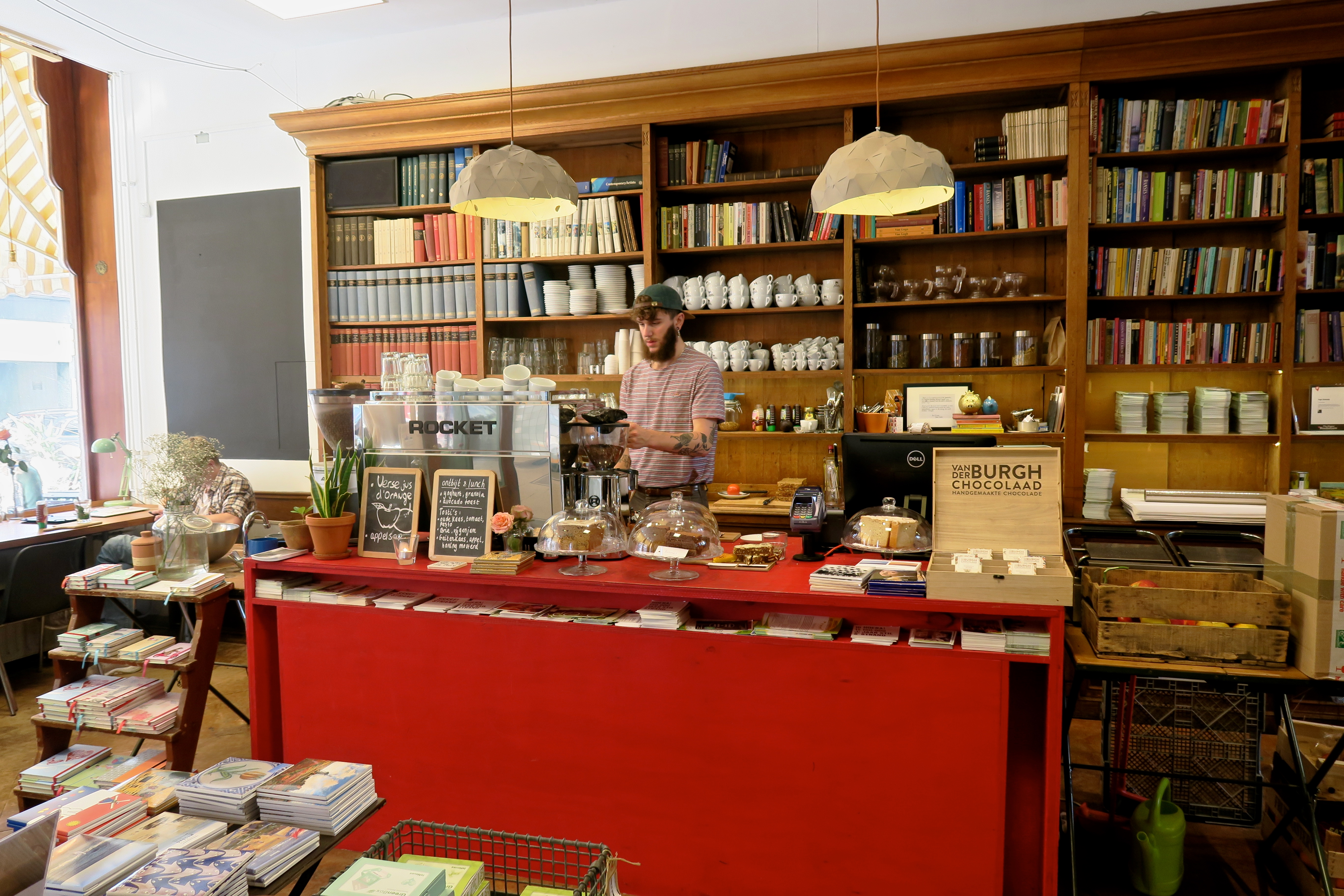 Koffiebar waar je lekker koffie kan drinken gezocht in Den Haag? Wij van Girls Who Drink hebben lijst voor je met vijf koffiespots waar je de lekkerste koffie kan drinken in Den Haag