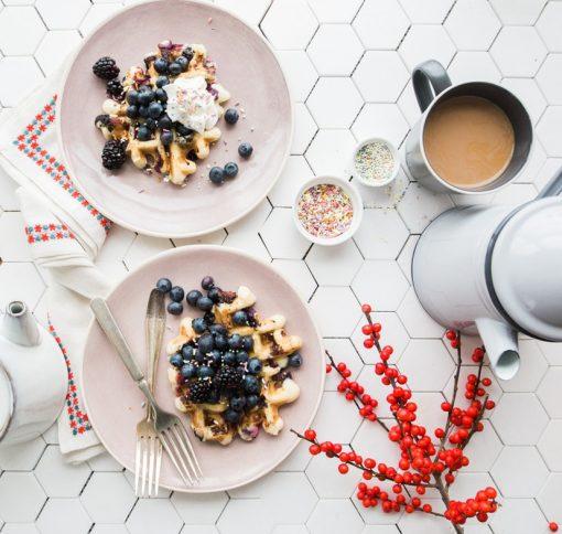 ontbijt recepten. Soms gaat het niet om hoe je dag eindigt, maar juist om hoe hij begint. Met andere woorden: je ontbijt! Met je drukke agenda en je gedrevenheid neem je niet altijd de tijd om rustig wakker te worden en gewoon te genieten van je ochtend. Maar daar zijn zondagochtenden juist voor!