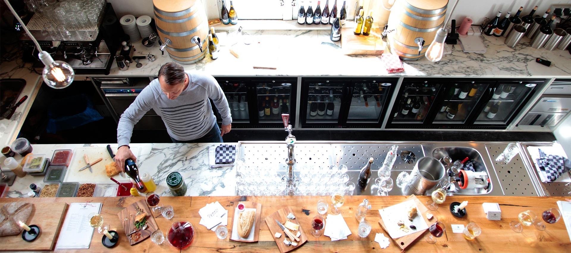 Wijnbar Amsterdam, wijnwinkel Amsterdam, Amsterdamse wijnjaren, hotspots Amsterdam, Wijn Spijs, Wine tour Amsterdam, drink Wine, witte wijn, rode wijn, wijnspots, Girls Who Drink Wine, vind hier een wijnwandeling langs de leukste wijnbarren van Amsterdam. Van West naar Oost, langs 8 gezellige wijnbarretjes. Je doet er ongeveer 2,5 uur over, dus naast het feit dat je door prachtig Amsterdam loopt, verbrand je die wijntjes je gelijk weer (deels). Win win!