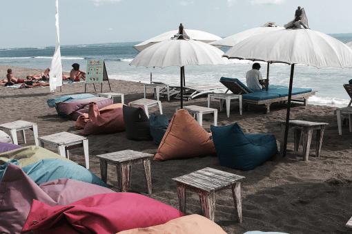 Reisje naar Bali op de planning? Lucky you! Canggu, Bali is een must-visit plekje als je daar bent. Zo goed als vastgeplakt aan Seminyak: het surfersplaatsje waar de een na de andere heerlijke low key, chille hotspot zijn intrek doet. Girls Who Travel heeft een selectie voor je gemaakt!