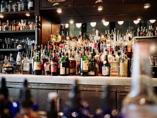 Tijdens de Amsterdam Cocktail Week proef je bij 45 verschillende bars en restaurants speciale cocktails. Omdat we je voor ieders gezondheid geen 45-delige cocktailtocht aanraden, heeft Girl Who Magazine 8 toffe spots onder elkaar gezet en daar een tipsy wandeling van gemaakt, die je binnen 1 uur en 15 minuten loopt! cocktails, drinks, Amsterdam