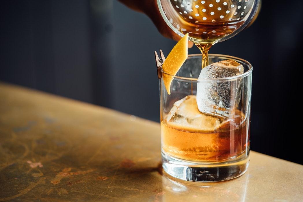 Tijdens de Amsterdam Cocktail Week proef je bij 45 verschillende bars en restaurants speciale cocktails. Omdat we je voor ieders gezondheid geen 45-delige cocktailtocht aanraden, heeft Girl Who Magazine 8 toffe spots onder elkaar gezet en daar een tipsy wandeling van gemaakt, die je binnen 1 uur en 15 minuten loopt!