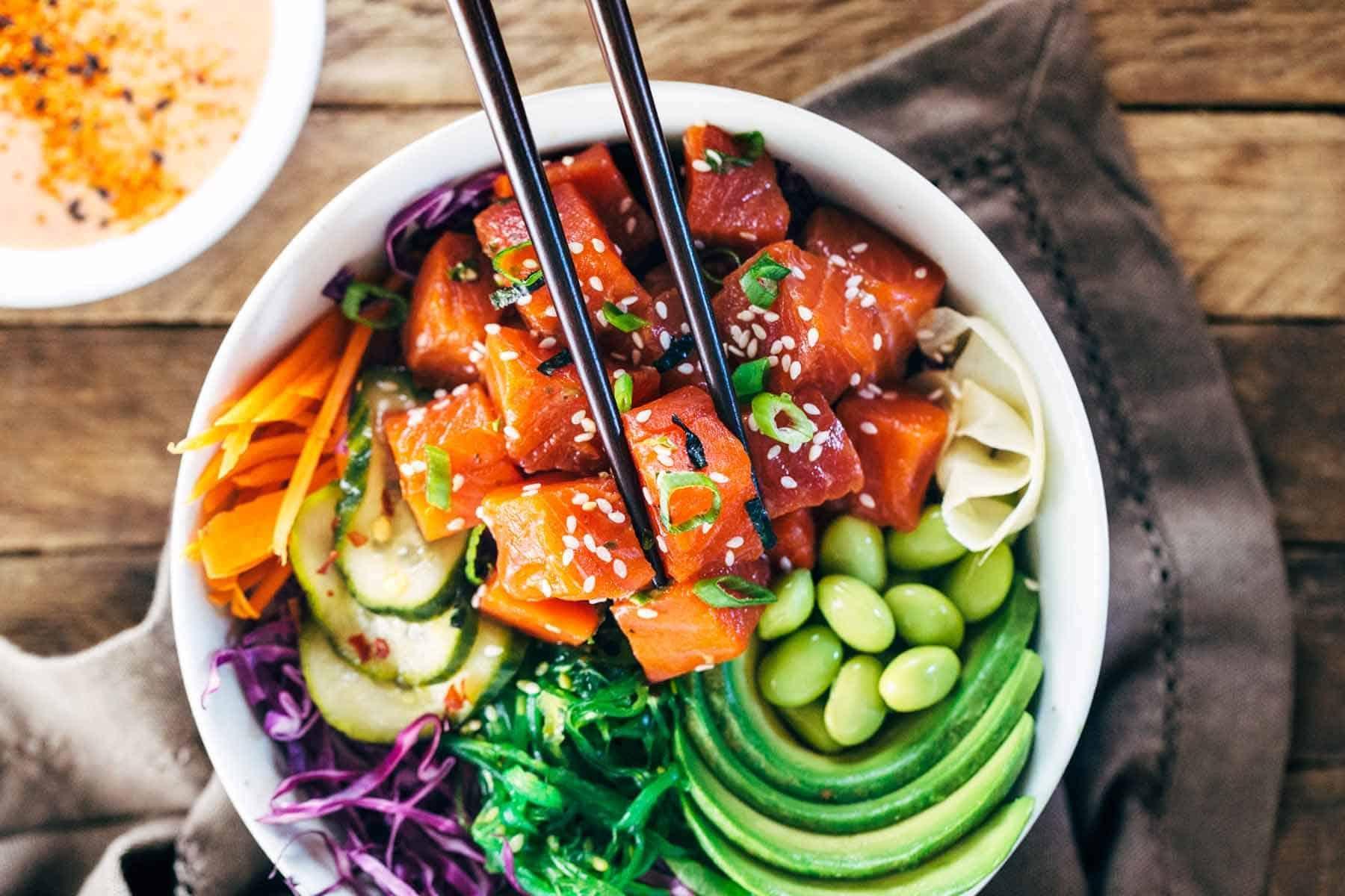 Gek op sushi? Dol op salades? Check, poké bowls zijn voor jou uitgevonden! Er zijn al vele hotspots te vinden waar je zo'n kleurrijke bowl kan verkrijgen. Daaromdelen we in ditartikel 10 makkelijke & snelle poké bowl recepten ter inspiratie! poke bowl recept kip, poke bowl recept tonijn, poke bowl recept zalm