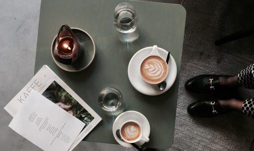 Leuke plekken in West waar je écht goede koffie drinkt en een goed stuk taart of koek naast kunt eten. Dit omdat zij, en jij waarschijnlijk ook - niet alleen koffie drinkt puur voor de cafeïne. Maar ook omdat het een heel gezellige bezigheid is. Dit zijn de beste plekken voor koffie en taart in Amsterdam Oost & Centrum
