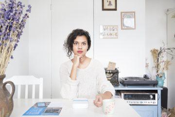Freelance Journalist & Founder Soulstores Talita Kalloe. Vanuit haar werk als freelance journalist en vanwege haar liefde voor creatief ondernemerschap in mode, lifestyle en interieur brengt ze retailers, ontwerpers en consumenten samen. Ze delen de liefde voor bijzondere winkels, kwalitatieve producten en authentieke verhalen, en dragen op diemanier bij aan een bewuste, duurzame en stijlvolle levensstijl. Ze is de soul achter soulstores, copywriter en een prachtige mommy-to-bo die geniet van het leven. Talita Kalloe, hoe doet ze het? Drankje met. Interview met. Interview girlboss. Onderneemster. Inspiratie. Motivatie.