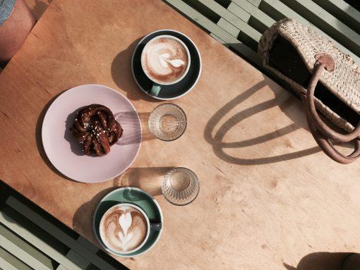 """Koffie en taart in Amsterdam West. Onze koffiespecialist Laura krijgt de vraag wekelijks ''Waar kan ik dit weekend met mijn vriendinnen lekker taart en koffie doen?"""", """"Wat zijn nou de leukste plekjes in Amsterdam voor een koffietje?"""" Of: """"Bij mij in de Baarsjes, waar moet ik zijn?"""" Tadaa, lang verwacht en toch gekomen. Laura deelt haar favoriete plekken waar je, ten eerste, écht goede koffie drinkt en ten tweede tweede, daar een goed stuk taart of koek naast kunt eten. Dit omdat zij, en jij waarschijnlijk ook - niet alleen koffie drinkt puur voor de cafeïne. Maar ook omdat het een heel gezellige bezigheid is. Dit zijn de beste plekken voor koffie en taart in Amsterdam West! Koffie Amsterdam. Gebak Amsterdam. Taarten Amsterdam. Koffie & Taart"""