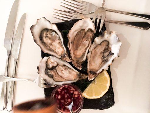 Girls Who Magazine heeft weer een bijzondere culinaire ontdekking gedaan, die we graag met jullie delen. Ditmaalverscholen in het hartje van de Jordaan, tussen de prachtige huizen aan de Bloemgracht. Het restaurantpand is honderden jaren oud en daarmee een van de oudste (en mooiste) van de buurt. Bij L'invité Restaurant wordt de klassieke Franse keuken geserveerd met eigentijdste twist, die zich uit in onbewerkte en seizoensgebonden producten. Het valt lang niet meer mee nog 'onontdekte' pareltjes te vinden in Amsterdam. Online staan uitgebreide lijsten met tips voor ontbijt, lunch, brunch hotspots en ook voor diner of café-tips maken diverse insiders je uitvoerig wegwijs (ja, wij doen hier ook aan mee). Toch lijkt het soms alsof iedere topplek al heel vaak gecovered is. Daarom vinden wij het fijn als we een restaurant 'gevonden' hebben waar nog niet 100 keer over is geschreven.L'invité Restaurantis er zo één.