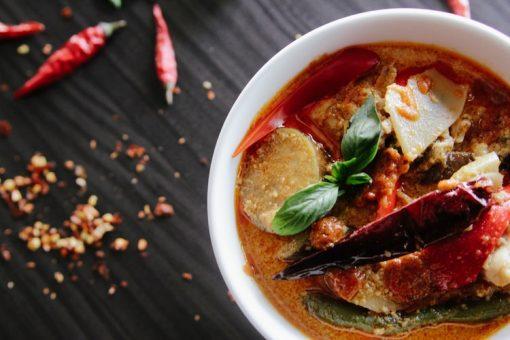Meer weten over ramen? De prachtige, lichtelijk gestoorde eetfilm 'Tampopo' leert ons alles over het - waarschijnlijk populairste gerecht in Japan, de noedelsoep. In de eerste scène legt een oude wijsgeer uitvoerig uit hoe je die het beste kunt eten: eerst zorgvuldig ruiken, welwillend kijken naar de vetoogjes aan het oppervlak van de bouillon. Dan de soep en het varkensvlees dat daar in ligt - de chashu - een beetje liefkozen met je eetstokjes. Waar moet je in Amsterdam zijn voor deze bijzondere gewoonte? Dit zijn onze favoriete Ramenspots! Ramen Amsterdam.