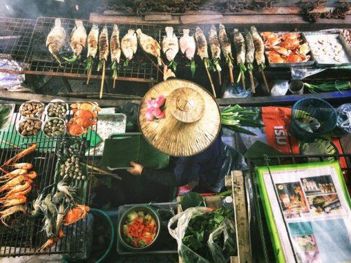 Vietnam is een land waar je eigenlijk de hele dag lang buiten wil zijn. Zeker in de hoofdstad Hanoi en het grote Saigon is overal iets te zien, te beleven en vooral te proeven. Vietnamees street food is een begrip en heel vaak lekkerder, beter en authentieker dan het eten in de restaurants. Het is wel even iets anders dan die hotdogkraam of poffertjeskraam op de straat die wij hier kennen! Elk kraampje verkoopt vaak maar één gerecht en er is geen menu, dus je moet even observeren wat er precies wordt verkocht. Om je alvast een beetje te helpen voordat jij Vietnam bezoekt, is hier een lijst met het beste dat Vietnamees street food te bieden heeft.. Streetfood. Vietnam. Asian streetfood. Asian food.