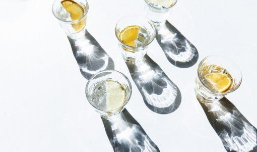 Vodka-weetjes. Oke, deze titel is wel bedoeld met een flinke knipoog natuurlijk. Drank is natuurlijk nooit écht goed voor je. I mean, hebben jullie de Netflix-serie 'The Trots About Alcohol' gezien? Nog niet? Houden zo. Laat ons namelijk maar gewoon zoveel mogelijk genieten van alcoholische versnaperingen. OokVodka heeft een speciaal plekje in ons hart en dat het een veelzijdig product is, is geen nieuws. Je kunt echter nog veel meer met vodka doen dan je denkt. Het geurloze drankje is voor veel meer goed dan alleen maar dronken worden. Kortom:maak kennis met de 5 vodka-feitjes die jij nog niet wist. Vodka facts. Wodka facts. Wodka weetjes. Vodka weetjes Vodka feiten. Wodka feiten. Informatie vodka