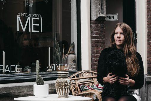 In een van de oude zij staarten van Leiden bevindt zich concept store MEI van Mandy de Groot. Als je denk dat dit haar eerste concept is dan heb je het mis want dit is alweer haar tweede succesvolle onderneming.