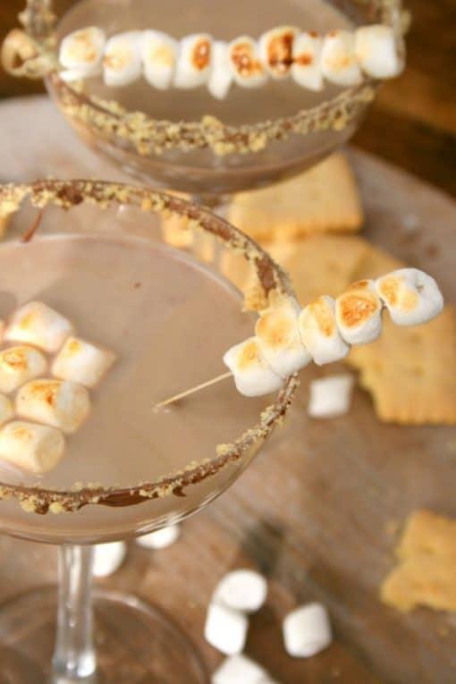 """Volgens de traditie worden s'mores (kort voor some more) snel opgegeten, waarna men met volle mond om meer roept (""""S'more!""""). Ze worden gemaakt van marshmallows, volkorenbiscuits en chocolade. Wij maakten er een drankjes-variant van, met een heerlijke s'mores cocktail als resultaat."""