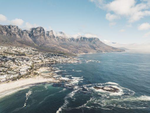 Onze travel wish-list is waarschijnlijk langer dan de to-do list van Sophia Amoruso, dus wanneer we jullie reislijst ook maar iets kunnen inkorten met een aantal goede tips, dan doen we dat met alle liefde. Daarnaast kost reizen (vaak) klauwen met geld en dus moeten we kieskeurig zijn met het kiezen van onze volgende bestemming. We got you. Ga naar een plek met goed weer, lieve mensen, lekker eten en waar veel te zien en te doen is: Zuid-Afrika. Waarom? Hier 10 redenen voor je. Vakantie Zuid-Afrika. Travel to South-Africa. Reistips Zuid-Afrika. Tips Zuid-Afrika