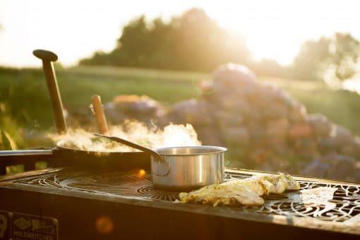 """Uiteten gaan is sowieso heel leuk, maar op sommige plekken wordt het nóg beter. Tijd om het begrip """"uit eten"""" naar een nieuwe dimensie te brengen. Na enig speurwerk hebben we de 5 meest bijzondere restaurants in Nederland opgesomd die zich duidelijk onderscheiden van menig restaurant. Hier ben je de komende verjaardagen en speciale viering wel mee zoet."""