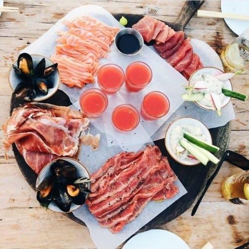 Yes, de zomer lijkt begonnen en zodra het zonnetje doorkomt willen wij eigenlijk niets liever dan gelijk richting het strand. En hoewel onze Hollandse kust natuurlijk niet de allermooiste helderblauwe zee heeft of witte zandstranden met palmen, hebben wij gelukkig wel een heleboel toffe strandtenten. En met een goed glas rosé of een lekkere cocktail in je hand en iets lekkers te eten zou je toch zo vergeten dat je 'gewoon' nog in Nederland bent. Van CastriucumtotBloemendaalen vanwijk aan Zeetot terug in Amsterdam: dit zijn de leukste strandtenten om dit weekend een boek te lezen, in een hangmat te liggen of te dineren