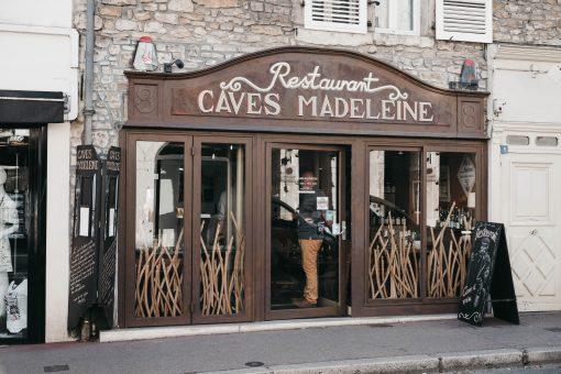 Caves Madeleine in Beaune Bourgogne. Sla Parijs over en rij even een stukje verder om te genieten van de wijnstreek Bourgogne in Frankrijk. Hier moet je zijn om de lekkerste wijnen te proeven en te genieten van heerlijk bourgondische eten.