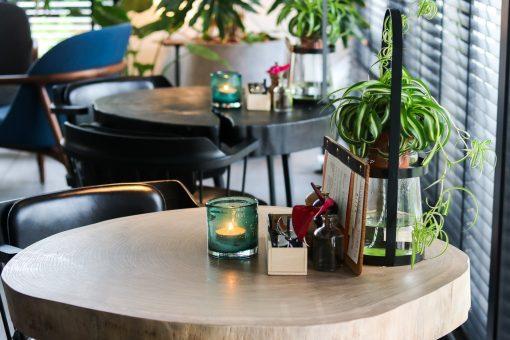 Amsterdam is weer een urban hotspot rijker en dat moet gevierd worden. En hoe kan dat anders dan met fijn gezelschap en bubbels? Op een zomerse maandagavond maakten we kennis met het designvolle interieur van het recentelijk gerenoveerde Urban Jungle The Birdhouse. Graag nemen we je mee in een avond vol verrassingen.