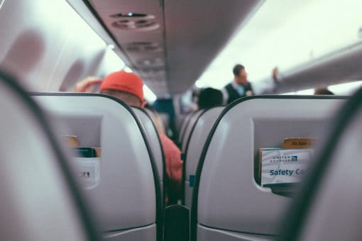 Regelmatige reizigers, wat zijn jullie lucky bastards dat jullie keer op keer het vliegtuig in mogen stappen naar een mooie bestemming. Maar reizen gaat ook gepaard met vreselijke ergernissen. Niet alleen bij de passagiers, maar ook bij het vliegtuigpersoneel. Wij spraken een KLM-stewardess die haar grootste vliegtuigergernissen opsomde. Daarnaast gebeuren er als passagier ook vreselijk irritante dingen in een vliegtuig. Welke ergernissen herken jij? Vliegtuigergernissen. Ergernissen in het vliegtuig.