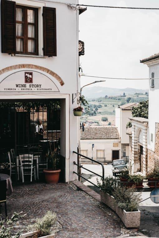 Dineren tussen de wijnranken in Italië? De gasten van dit restaurant is zijn de lokale bewoners uit de buurt. En dan moet je denken aan wijnmakers. Helemaal niet erg om tussen de lunchen want wanneer je van hen een fles besteld komen ze graag aan je tafel het verhaal vertellen van de wijn. Al weet James ook alle verhalen over de wijnen....