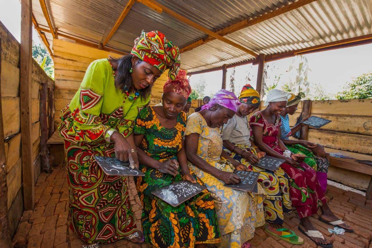 """""""Sponsor a woman and change her life forever"""". Ook deze instantie verschilt weer enorm van de bovenstaande netwerken. Women For Women International is ten eerste een stichting dat afhankelijk is van sponsoren."""