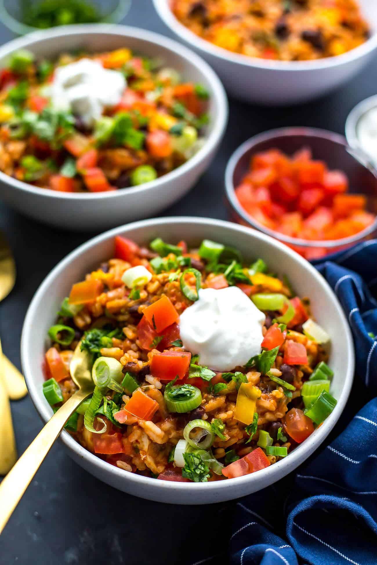 15 simpele én gezonde recepten voor een kick-ass week! En het mooie is: deze gezonde recepten heb je binnen 30 minuten op tafel. Van recepten met zalm tot het bereiden van zalm uit de oven met groente tot een pasta met spinazie en bonen. Wat ons betreft kunnen alle excuses waardoor gezond eten niet lukt direct de prullenbak in met deze kleurrijke en smaakvolle toppers.