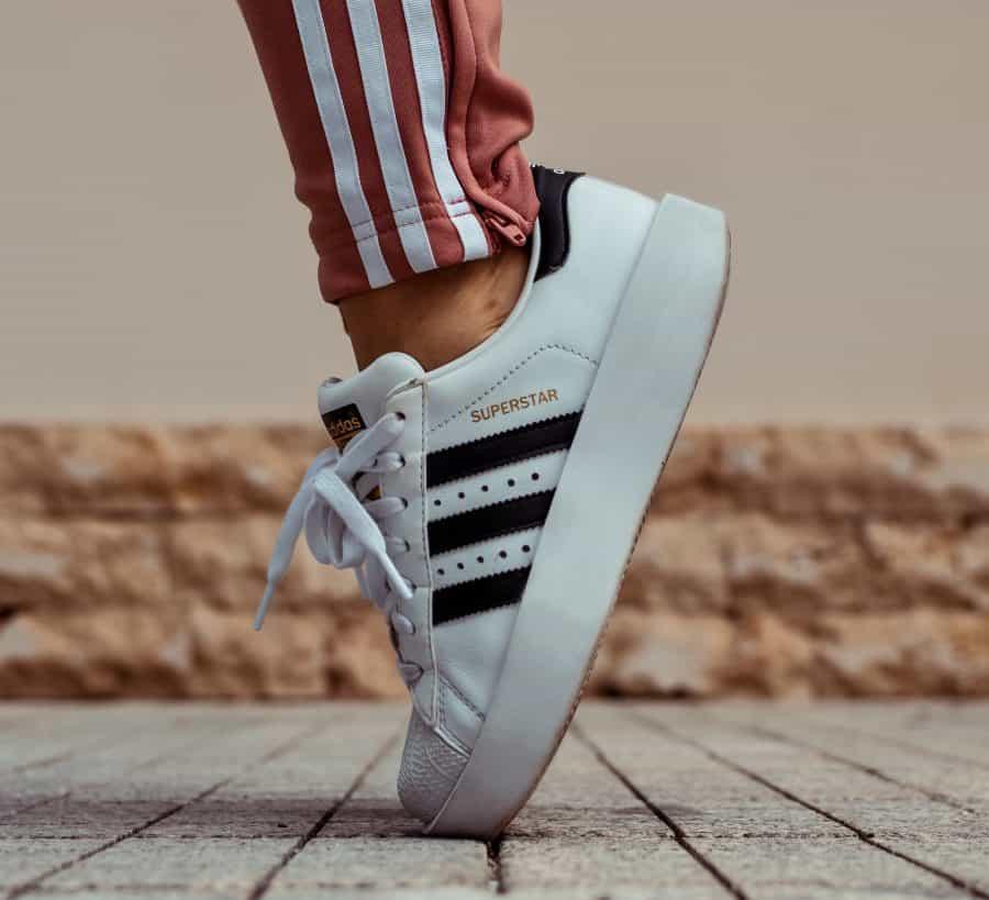 496b5cbb483 Yes! We hebben weer het zoveelste paar Adidas-klassiekers aangeschaft.  Onmisbaar schoeisel kun je het ook wel noemen. Want naast de Sam Smiths is  de Adidas ...