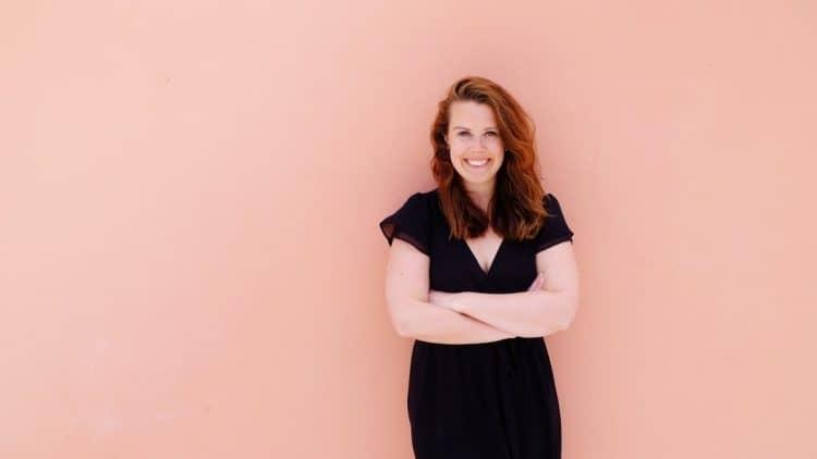 Na bruiloften organseerde in het buitenland, was het op 23-jarige leeftijd tijd voor een nieuwe uitdaging. Ze deed alles samen met haar beste vriend: Google. Erg eenzaam was dat. Zo ontstond de missie om vrouwelijke, ondernemende millennials met elkaar te verbinden en kennis & ervaring uit te wisselen. Wij spraken business coach en oprichtster van platform Zakenmeisje - Naomi Vlietman over haar verhaal!